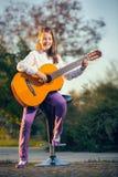dziewczyny gitary akustycznej mała gra Fotografia Stock