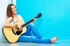Dziewczyny gitary sztuka i śpiewa fotografia royalty free
