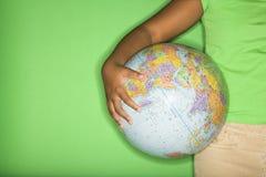 dziewczyny globe gospodarstwa Zdjęcia Royalty Free