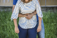 Dziewczyny gmerania pomoc podczas gdy she& x27; s duszenie podczas karmienia Fotografia Stock