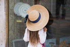 dziewczyny gnomu tła lampa zabawek na małe zakupy przez okno zdjęcie stock