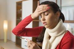 dziewczyny gorączkowa głowa jej macanie Zdjęcia Stock