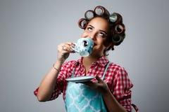 Dziewczyny gospodyni domowa pije herbaty od filiżanki zdjęcia royalty free