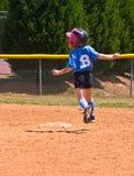 dziewczyny gracza działający softballa potomstwa zdjęcia stock