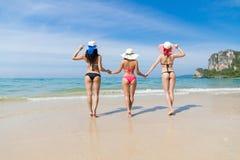 Dziewczyny grupa Na Plażowym wakacje, młodej kobiety odzieży Kapeluszowy Denny ocean Zdjęcia Stock