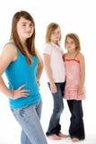 dziewczyny grupują wpólnie nieszczęśliwego przyglądającego studio Zdjęcie Royalty Free