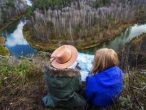 Dziewczyny gubili w górach blisko pięknej rzeki Zdjęcia Royalty Free