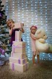 Dziewczyny i Bożenarodzeniowi prezenty Obrazy Stock