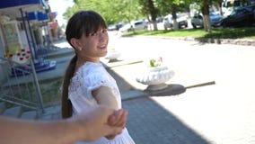 Dziewczyny i chłopaka podróż trzymać ręki swobodny ruch piękna dziewczyna prowadzi jej ukochanego mężczyzny ręką na ciepłym zbiory
