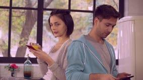 Dziewczyny i chłopaka use gadżety w mieszkaniu zbiory