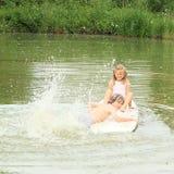 Dziewczyny i chłopiec chełbotanie na kipieli Obraz Royalty Free