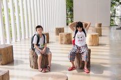 Dziewczyny i chłopiec czekanie zdjęcie stock