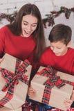 Dziewczyny i dziecka nowy rok z teraźniejszość w rękach zdjęcie stock