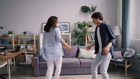 Dziewczyny i faceta szczęśliwa młodość tanczy w domu relaksować i śmia się cieszący się życie zbiory
