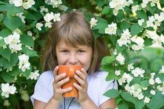 Dziewczyny i jaśminu kwiaty Zdjęcia Stock