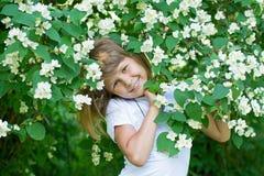 Dziewczyny i jaśminu kwiaty Obraz Royalty Free