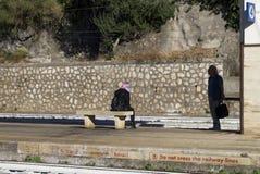 Dziewczyny i mężczyzna czekanie dla pociągu Zdjęcie Stock