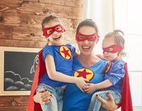 Dziewczyny i mama w bohaterów kostiumach Zdjęcie Royalty Free