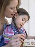 Dziewczyny I matki kolorystyki książka W Domu Fotografia Royalty Free