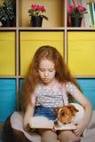 Dziewczyny i psa dźwigarka Russell czyta książkę Obraz Stock
