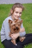 dziewczyny i psa Yorkshire terier zdjęcie royalty free