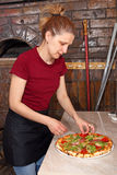 Dziewczyny istna pizza w pizzeria Obrazy Royalty Free