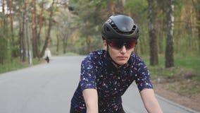 Dziewczyny jazdy rower w parku Prz?d pod??a strza? Kolarstwa sta?owy poj?cie swobodny ruch zbiory