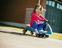 Dziewczyny jeździecka hulajnoga Fotografia Royalty Free