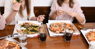 Dziewczyny je włoską pizzę obrazy stock