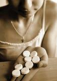 dziewczyny jedzący tabletki Zdjęcie Stock