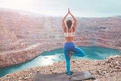 Dziewczyny joga stażowa poza plenerowa Zdjęcie Royalty Free