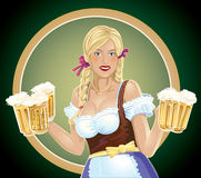 Dziewczyny kelnerka z, piwo w ręce Zdjęcia Stock