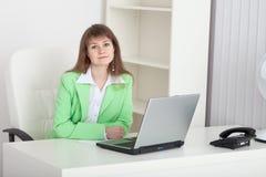 dziewczyny kierownika biuro siedzi stołowych potomstwa Obraz Stock