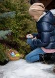 Dziewczyny klęczenie obok drzewa i zrywania Wielkanocnego jajka Obraz Stock