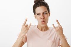 Dziewczyny kołysają ten świat Portret wzmacniająca i ufna atrakcyjna kobieta pokazuje rolka gesta falcowania wargi zdjęcie royalty free