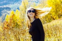 Dziewczyny kolorowej jesieni wysokich gór Carpathians lasowy krajobraz cieszy się widoków okularów przeciwsłonecznych brązu sukni zdjęcie stock