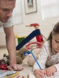 Dziewczyny kolorystyki obrazek Podczas gdy ojciec Patrzeje Je Obraz Stock