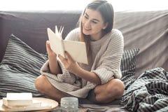 dziewczyny książki sofa czytelnicza Obraz Royalty Free