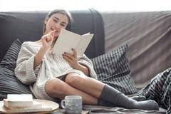 dziewczyny książki sofa czytelnicza Zdjęcie Royalty Free