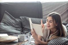 dziewczyny książki sofa czytelnicza Zdjęcia Royalty Free