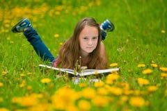 dziewczyny książkowa łąka czyta Obraz Royalty Free
