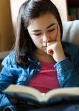 dziewczyny książkowy czytanie Obrazy Stock