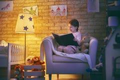 dziewczyny książkowy czytanie Zdjęcia Royalty Free