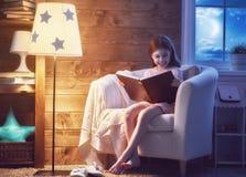 dziewczyny książkowy czytanie Zdjęcie Stock