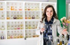 Dziewczyny kupienia pachnidło w woń butiku obraz stock