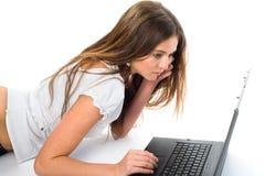 dziewczyny laptopu działanie Obrazy Royalty Free