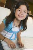 dziewczyny laptopu słuchająca muzyka używać Obraz Stock