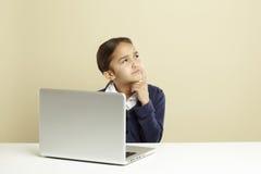 dziewczyny laptopu używać zdjęcie royalty free