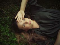 dziewczyny lasowy lying on the beach Fotografia Royalty Free