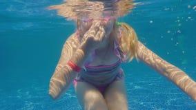 Dziewczyny 6 lat uczy się nurkować w basenie Podwodny wideo zbiory
